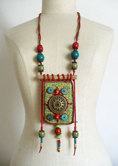 This wonderful bohemian jewelry is crocheted and embroidered and has a very own style. - Dit prachtige bohemian sieraad is gehaakt en door Siertriedsje Best Picture For luxury jewelry Fo - Fiber Art Jewelry, Textile Jewelry, Fabric Jewelry, Jewelry Art, Beaded Jewelry, Handmade Jewelry, Crystal Jewelry, Funky Jewelry, Bohemian Jewelry