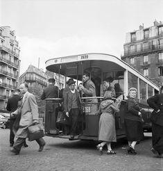 autobus Renault TN a l'arrêt 1950 Old Paris, Vintage Paris, French Vintage, Robert Doisneau Photos, Ligne Bus, Charles Trenet, Metro Paris, Transport Museum, London