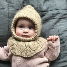 A sweet little girl wearing Beansprout Bloomers, Bell Blouse and Holly Bonnet. Blommers and blouse pattern available in Danish and English,… Girls Wear, Knit Patterns, Little Girls, Baby Kids, Crochet Hats, Knitting, How To Wear, Danish, Hobbies