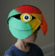 Lots of inspiration, diy & makeup tutorials and all accessories you need to create your own DIY Parrot Costume for Halloween. Cardboard Costume, Cardboard Mask, Cardboard Crafts, Projects For Kids, Diy For Kids, Cool Kids, Crafts For Kids, Costumes Faciles, Parrot Costume