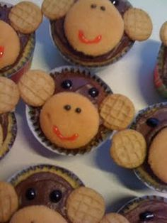 Sometime I want to make a bunch of cookie/cupcakes that r like this. Using different cookies and candies to design them.