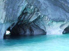 Las Cavernas de Mármol son un fenómeno único donde las formaciones pétreas generadas por el paso del tiempo descansan en las aguas verde esmeralda del Lago General Carrera.Fotografía tomada por MAMC-TOÑA