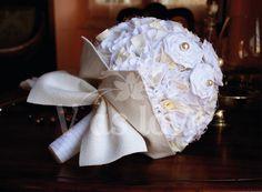 Bouquet da sposa di cotone sfilacciato e  pannolencio con perle decorative