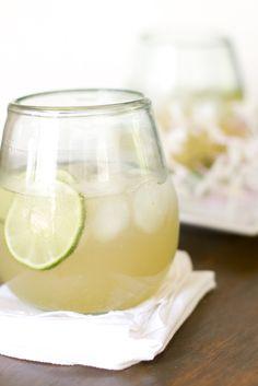 """Du skal bruge: - Masser af isterninger - 1/8 limefrugt - En god rom - Ginger Ale Sodavand Fremgangsmåde: 1. Fyld et glas HELT op med isterninger. Mange bruger ikke is nok, og får derfor ikke det optimale ud af deres drink. Ved brugen af masser af is undgår man, at isen når at smelte så meget, at drinken bliver """"vandet"""". Derudover får man en iskold drink, og det er nu det lækreste. 2. Skær en lime ud i 8 lige store stykker. Det er vigtigt, at..."""
