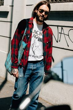 Menswear is big business in Milan, which is why you'll spot stylish guys from every tribe during fashion week wearing some of the boldest threads out there. Mens Fashion Blog, Best Mens Fashion, Star Fashion, Men's Fashion, Rocker Style Men, Man Style, Cool Street Fashion, Street Style, Milan Fashion