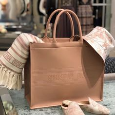 Substantial choice of the current handbags. From women leather purses to classic fabric. All top brands. Luxury Purses, Luxury Bags, Luxury Handbags, Fashion Handbags, Fashion Bags, Club Fashion, Dior Handbags, 1950s Fashion, Emo Fashion
