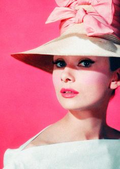 @ Audrey Hepburn - 1957 - Funny Face - Directed by Stanley Donen - Photo by Richard Avedon (American, - Mlle Audrey Hepburn Outfit, Audrey Hepburn Mode, Katharine Hepburn, Aubrey Hepburn, Golden Age Of Hollywood, Vintage Hollywood, Classic Hollywood, Hollywood Icons, Hollywood Glamour