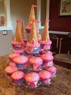 It never occurred to me to make a castle of cupcakes. Simple but very cr Princess birthday cupcake tower. It never occurred to me to make a castle of cupcakes. Simple but very creative. Princess Birthday Cupcakes, Disney Princess Party, Princess Party Games, Princess Cupcake Cakes, Princess Castle Cakes, Princess Themed Food, Princess Themed Birthday Party, Easy Princess Cake, Aladdin Princess