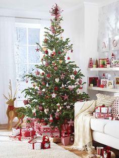 Decoración: Árbol de navidad decorados en rojo.