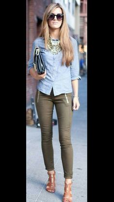 Lindos pantalones con una blusa basica, hermoso collar, lentes, sandalias y bolso