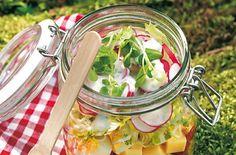 Querbeet-Schichtsalat - perfekt zum Mitnehmen ins Büro.