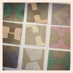 Dia 26. Ya he dado los englobes en los azulejos que diseñé el día 21 :-) El siguiente paso será cocerlos cuando estén bien secos.