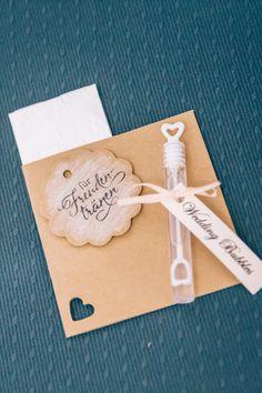 Kombination aus Freudentränen und Wedding Bubbles.  Foto: Franka & Thomas Photographie