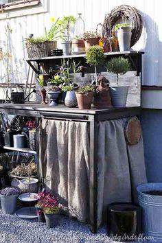 Potting Bench - Trädgårdsflow: A table for plants and stuff Rustic Gardens, Unique Gardens, Outdoor Gardens, Potting Station, Potting Tables, Potting Sheds, Garden Structures, Garden Pots, Garden Sheds