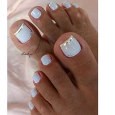 The advantage of the gel is that it allows you to enjoy your French manicure for a long time. There are four different ways to make a French manicure on gel nails. Pretty Toe Nails, Cute Toe Nails, My Nails, Gold Toe Nails, Toe Nail Color, Toe Nail Art, Nail Colors, Pedicure Colors, Pedicure Ideas Summer