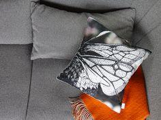 Das neue Sofakissen mit dem gezeichnetem Hummel-Flügel ist 60x60cm groß. Im Hintergrund des Flügels erkennt man abstrakte Magnolienblüten. Der Druck wurde mit Bio-Farben digital aufgetragen. #cushion #kissen #vegan #eco #bio #regional #label #hummel #bumblebee #sofa #couch #bed #interior #design #blickfang #musthave #berlin