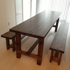 Add the warm rustic feeling to your house with the farmhouse style table. Here's a collection of 40 free DIY farmhouse table plans and ideas. Farmhouse Table With Bench, White Farmhouse, Farm Table Plans, Kitchen Table Bench, Farm Tables, Farmhouse Design, Side Tables, Coffee Tables, Sweet Home