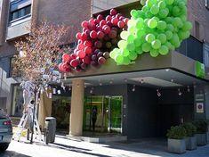 DecorAcción 2013, una bonita iniciativa de arte y dinamización comercial en #Madrid. #art #arte Visual Display, Unique Flowers, Main Street, Coffee Shop, Bilbao, Fruit, Display Ideas, Madrid, Inspiration