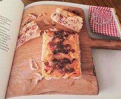 C'est simple, dans un moule à cake, on empile des tranches de pain de mie, du jambon, du fromage, on ajoute une petite crème type appareil à quiche et on met à gratiner au four 30 minutes.  À découper en tranches, à déguster chaud ou froid.   Forcément il y a des variations : au jambon cru, au saumon fumé, au poulet, au chèvre, au roquefort, aux champignons   Et pour les palais sucrés, des versions desserts sont proposées avec de la brioche, des fruits, des pépites de chocolat