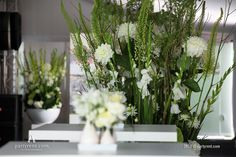 Tafeldecoratie en vazen sluiten naadloos aan bij het thema 'Wit' #event #verhuur