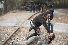 Rick Grimes (Andrew Lincoln) e Carl Grimes (Chandler Riggs) no 16º episódio da 4ª Temporada de The Walking Dead.