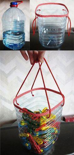 Una botella de agua de 5 L se puede reciclar como canasta para objetos pequeños.