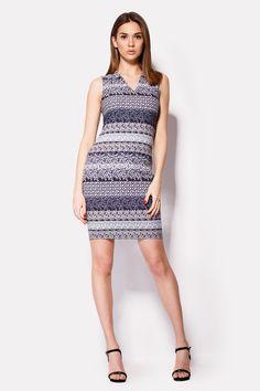 Синее платье MESS украшено множеством мелких орнаментов белого цвета. Сшитое по фигуре, этот наряд на подкладке идет без застежек и декоративных элементов. Рукавов нет, вырез треугольный.