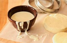 Συνταγή Γλασο βανίλιας υπέροχο!: Για το γλάσο: 2 κουταλιές βούτυρο 1 ¼ φλιτζάνια ζάχαρη άχνη 1 κουταλάκια του γλυκού βανίλια 1 κουταλιά της σούπας σιρόπι από όποιο γλυκό του κουταλιού έχεις στο σπίτι σου 1-2 κουταλιές της σούπας νερό Λιώνουμε το βούτυρο σε μια κατσαρόλα. Προσθέτουμε την άχνη ζάχαρη, την βανίλια και[...]