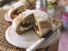 Außen knusprig und innen würzig! Brot mit Antipasti-Füllung - smarter - Kalorien: 296 Kcal - Zeit: 30 Min. | eatsmarter.de