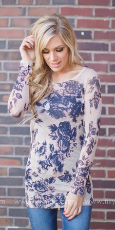 This floral top is so trendy!