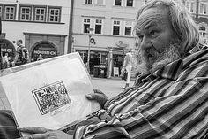 Ein Obdachloser auf dem Erfurter Anger zeigt seine Kunstwerke.
