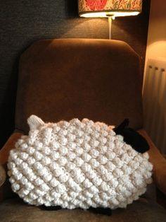 Sheep cushion Wool Yarn, Knits, Hand Knitting, Sheep, Love Seat, Arts And Crafts, Crafting, Cushions, Throw Pillows