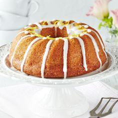 Sitruunakakku on ihanan mehevä, koska se kostutetaan makeutetulla sitruunanmehulla. Kakku säilyy jääkaapissa pitkään mehevänä.