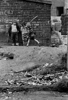 _Children playing in a Glasgow tenement courtyard in Nick Hedges was hired as Shelter's photographer to show the grim reality of slum housing in Britain and the emotional toll it took on people Old Pictures, Old Photos, Vintage Photos, Highlands, Gorbals Glasgow, Fosse Commune, Dublin, Glasgow Scotland, Slums