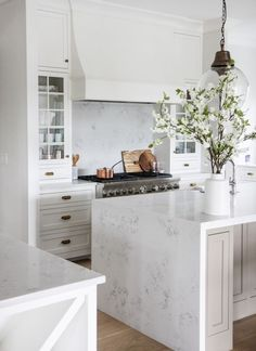 Modern Kitchen Design – Want to refurbish or redo your kitchen? As part of a modern kitchen renovation or remodeling, know that there are a . New Kitchen, Kitchen Dining, Kitchen Cabinets, Kitchen Ideas, Kitchen White, White Cabinets, Kitchen Planning, Glass Cabinets, Stylish Kitchen