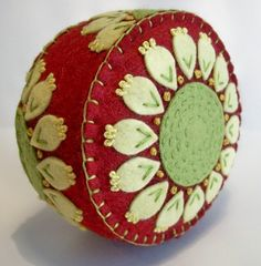 Pincushion Felt Crafts, Fabric Crafts, Sewing Crafts, Sewing Projects, Sewing Tools, Diy Crafts, Felt Embroidery, Felt Applique, Cushion Embroidery