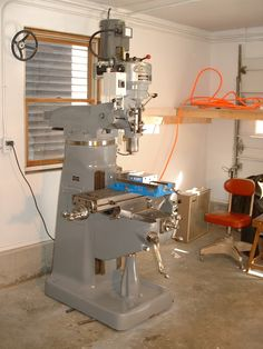 Bridgeport Milling Machine -Would KILL to have one of these! Vertical Milling Machine, Lathe Machine, Metal Mill, Metal Shop, Metal Working Tools, Metal Tools, Bridgeport Mill, Fabrication Tools, Machinist Tools