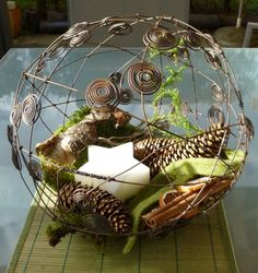 drahtkugel mit spiralen aus draht dekoriert als innendeko deko pinterest drahtkugel. Black Bedroom Furniture Sets. Home Design Ideas