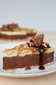 Everybody needs to try this raw chocolate caramel Nugglets cheesecake recipe. Layers of creamy chocolate and caramel sit on top of a cookie dough base.