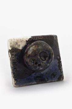 Anillo Cuadrado  Las piezas de Koskatl son únicas, ya que no están realizadas bajo ningún tipo de molde y su proceso 100% artesanal, el anillo es ajustable al dedo. $169.00