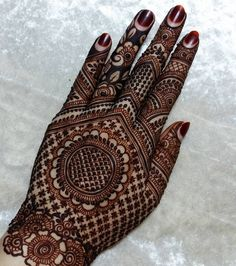 Jaali Mehendi Design With A Chakkar In Centre Best Beautiful Front and Back Hand Mehndi Designs For Bridal! Back Hand Mehndi Designs, Latest Bridal Mehndi Designs, Stylish Mehndi Designs, Henna Art Designs, Mehndi Designs For Beginners, Mehndi Designs For Girls, Mehndi Design Photos, Wedding Mehndi Designs, Mehndi Designs For Fingers