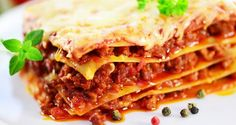 LASANHA À BOLONHESA COM CREME BRANCO Ingredientes 500g de massa para lasanha fresca ou seca 4 xícaras (chá) de queijo mussarela  1/2 (chá) de queijo parmesão  Molho Bolonhesa 600g de carne moída  1 cebola picada 2 colheres  de óleo 3 dentes de alho picados 1 cubo de caldo de carne 2 cxs de polpa de tomate 1 colher de orégano 1 colher (chá) de sal 1 colher (chá) de pimenta-do-reino Creme Branco 2 latas de creme de leite 1 pitada de noz-moscada 1/2 xícara (chá) de queijo parmesão  1 colher de…