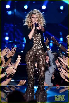 Tori Kelly slays the stage while performing for the audience at the 2015 MTV Video Music Awards held at the Microsoft Theater on Sunday (August 30) in Los Angeles. Description from justjared.com. I searched for this on bing.com/images