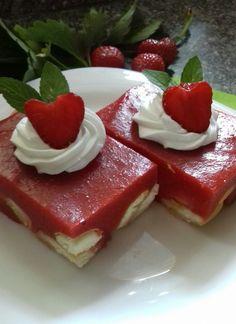 Piškoty nasypeme na dno dortové formy (nejlépe rozevírací) a zvlhčíme čajem nebo ovocnou sťávou.Jahody omyjeme,očistíme a rozmixujeme. Přidáme... Panna Cotta, Cheesecake, Ethnic Recipes, Desserts, Food, Tailgate Desserts, Dulce De Leche, Deserts, Cheesecakes
