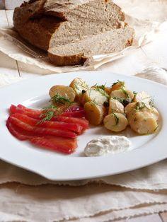 Saumon gravelax aux betteraves , salade tiède de pommes de terre à l'aneth et aux câpres et mousse au raifort