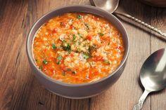 Это блюдо готовят в Турции уже более 100 лет. Пряный суп с булгуром и чечевицей «Эзо чорбаси», что значит «суп невесты», готовит каждая молодая девушка перед своей свадьбой.