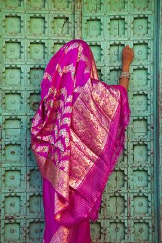 INDIA: - Woman in a pink saree at a turquoise door. Briliance of India in color. Bollywood, Taj Mahal India, India India, India Art, Rajasthan India, Indian Colours, We Are The World, Varanasi, World Of Color