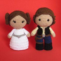 Toy Art Princesa Leia e Han Solo - by Crochelandia Star Wars Crochet, Crochet Stars, Cute Crochet, Crochet Crafts, Crochet Dolls, Yarn Crafts, Crochet Projects, Toy Art, Crochet Toys Patterns