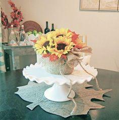 Este lindo arranjo de flores artificiais para mesa é muito fácil de ser feito.