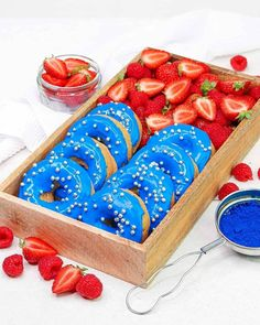 Me and my one pack are taking little midweek break with these fresh, red berries and light, fluffy donuts glazed with blue spirulina! The eleme. Healthy Vegan Desserts, Healthy Recipes, Yummy Recipes, Cute Food, Yummy Food, Spirulina Recipes, Crepe Suzette, Blue Spirulina, Donut Glaze